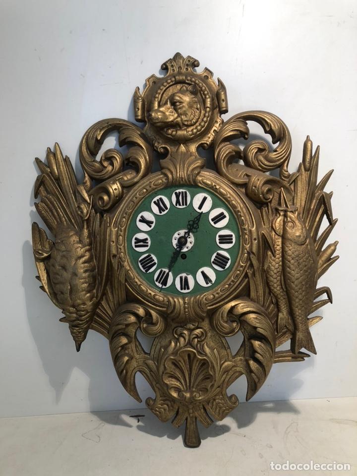 PRECIOSO FRONTAL DE RELOJ DE HIERRO COLADO CON MOTIVOS DE CAZA Y PESCA ANTIGUO. (Relojes - Pared Carga Manual)