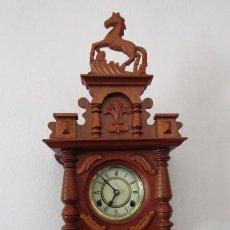 Relojes de pared: RELOJ ANTIGUO DE PARED MECÁNICO CON SU PÉNDULO - LA CUERDA DURA 31 DÍAS DA SUS CAMPANADAS Y FUNCIONA. Lote 243890435