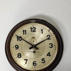 Relojes de pared: RELOJ DE PARED - PLACA C.T.N.E, COMPAÑÍA TELEFÓNICA NACIONAL DE ESPAÑA - FUNCIONA. Lote 245366005
