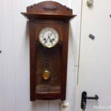 Relojes de pared: ANTIGUO RELOJ DE PARED ALEMAN MARCA KIENZLE EN BUEN ESTADO FUNCIONANDO. Lote 245557885
