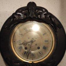Relojes de pared: RELOJ DE PARED ANTIGUO DE PRINCIPIOS DEL SIGLO XX. FUNCIONA CORRECTAMENTE A CUERDA. Lote 245579980