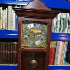 Relojes de pared: RELOJ DE PARED INGLÉS, DESCONOZCO SI FUNCIONA, CON LLAVE UN ANTIGUO PAPEL DE CUANDO SE COMPRÓ. Lote 246022490