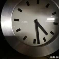 Relojes de pared: BONITO RELOJ DE PARED CON MARCA DE ALUMINIO, LO QUE LO HACEN MUY ACOGEDOR A LA VISTA. Lote 246368115