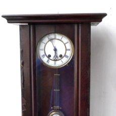 Relojes de pared: RELOJ DE PARED ESFERA Y PÉNDULO ESMALTADO - LO HE COGIDO DE LA CASA EN FUNCIONAMIENTO. Lote 249135620