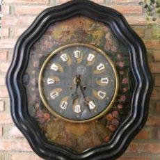 Relojes de pared: RELOJ OJO DE BUEY S XIX. EN CARÁTULA PINTURAS AL OLEO CON RELIEVES. NÚMEROS EN CARTUCHO DE PORCELANA. Lote 251380310