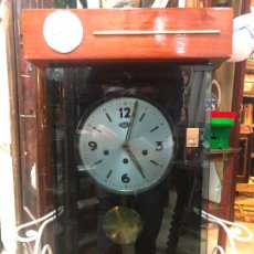 Orologi da parete: RELOJ DE PARED CARGA MANUAL MAQUINARIA ROMAN - MEDIDA CAJA 68X42 CM - FUNCIONANDO. Lote 251858205