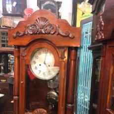 Relojes de pared: MUY ANTIGUO RELOJ DE PARED CARGA MANUAL EN PRECIOSA CAJA DE MADERA POSTERIOR EPOCA MEDIDA 95X49,5 CM. Lote 251859085