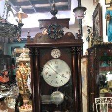 Relojes de pared: ANTIGUO RELOJ DE CUERDA DE PARED ROMAN CON CAJA DE MADERA TEMPUS FUGIT -MEDIDA 120X40 CM FUNCIONANDO. Lote 251865060