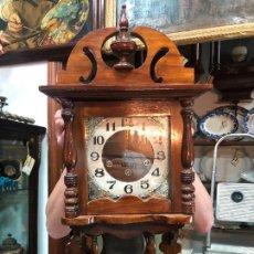 Relojes de pared: RELOJ DE PARED CARGA MANUAL IMPEX CON CAJA DE MADERA - MEDIDA TOTAL 68X33 CM - FUNCIONANDO. Lote 252010095