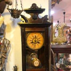 Relojes de pared: MUY ANTIGUO RELOJ DE PARED CARGA MANUAL - FUNCIONANDO - MEDIDA CAJA 59X18 CM. Lote 252662445