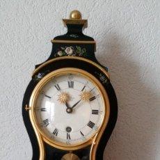 Relojes de pared: PRECIOSO Y ANTIGUIO RELOG DE PAREDE ,DU CHATEAUX MADE SUIZA HECHO EN LALIKE PINTADO A MANO ANOS 40.. Lote 253855745