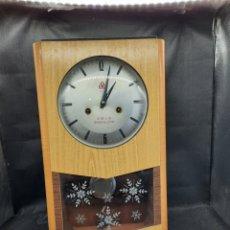 Relojes de pared: VIEJO RELOJ CHINO A CUERDA DE PARED. Lote 254165240