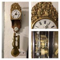 Relojes de pared: RELOJ MOREZ DE PECULIAR TAMAÑO PEQUEÑO (85 CM) - ESFERA EN PORCELANA, LATÓN REPUJADO - ¡FUNCIONANDO!. Lote 254482400