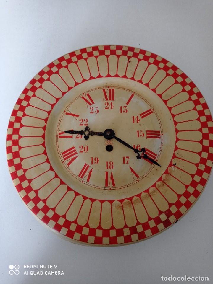 ANTIGUO RELOJ DE PARED CARGA MANUAL , TODO ENTERO DE CHAPA, 33 CM DE DIÁMETRO (Relojes - Pared Carga Manual)