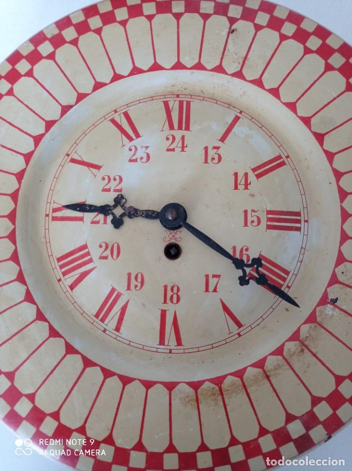 Relojes de pared: Antiguo reloj de pared carga manual , todo entero de chapa, 33 cm de diámetro - Foto 2 - 255521285