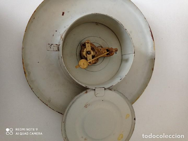 Relojes de pared: Antiguo reloj de pared carga manual , todo entero de chapa, 33 cm de diámetro - Foto 4 - 255521285