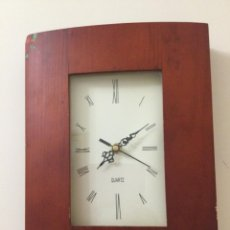 Relojes de pared: RELOJ DE PARED CON MARCO DE MADERA. FUNCIONA PERFECTAMENTE. Lote 256005770