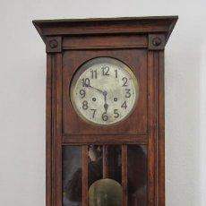 Relojes de pared: ANTIGUO RELOJ CUERDA MECÁNICO A LLAVE ANTIGUO DE PARED ALEMÁN CON PÉNDULO Y CAMPANADAS AÑO 1910 1920. Lote 259898630