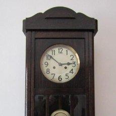 Relojes de pared: ANTIGUO RELOJ CUERDA MECÁNICO A LLAVE ANTIGUO DE PARED ALEMÁN CON PÉNDULO Y CAMPANADAS AÑO 1910 1920. Lote 260097180
