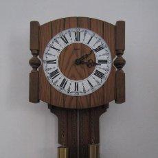 Relojes de pared: RELOJ ANTIGUO DE PARED ALEMÁN CON SU SISTEMA DE PESAS Y PÉNDULO, FUNCIONA BIEN Y DA SUS CAMPANADAS. Lote 261020800