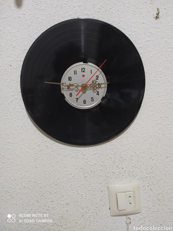 PRESENTÓ UN NUEVO CONCEPTO DE RELOJ DE PARED. CONSISTENTE EN COJER UN DISCO DE VINILO Y ACOPLARLE UN (Relojes - Pared Carga Manual)