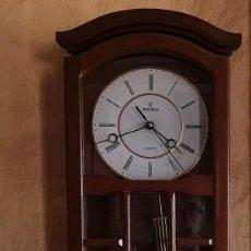 Relojes de pared: RELOJ DE PARED MARCA FESTINA EN MADERA DE ROBLE Y ESFERA BLANCA Y DORADA ,CON PÉNDULO Y SONERÍA. Lote 263917345