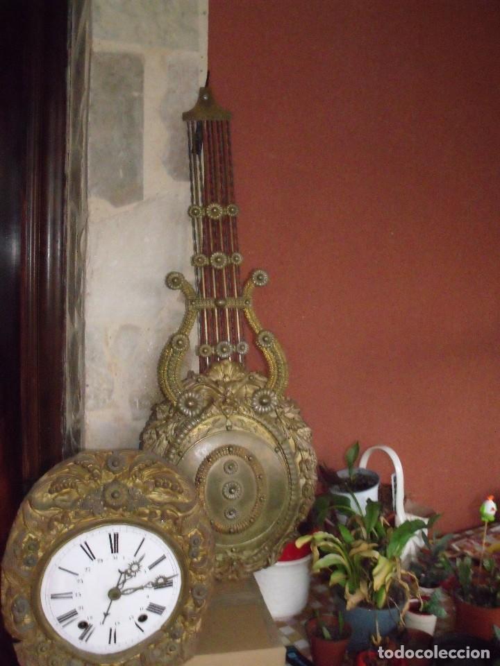 ¡¡GRAN OFERTA!!!PRECIOSO RELOJ MOREZ-PENDULO LIRA REPUJADO-CALENDARIO--AÑO 1880-FUNCIONA-LOTE 301 (Relojes - Pared Carga Manual)