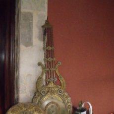 Orologi da parete: ¡¡GRAN OFERTA!!!PRECIOSO RELOJ MOREZ-PENDULO LIRA REPUJADO-CALENDARIO--AÑO 1880-FUNCIONA-LOTE 301. Lote 268767684