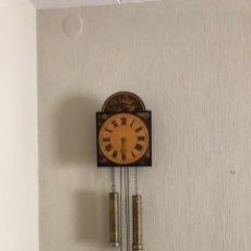 Relojes de pared: ANTIGUO RELOJ DE PARED MADERA PINTADO A MANO . VER FOTOS. Lote 268853559