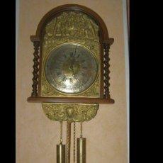 Relojes de pared: ANCIEN MOUVEMENT DE COMTOISE (XIXÈ) CONTOUR EN BOIS FRONTON EN LAITON CADRAN EN LAITON. Lote 268941414