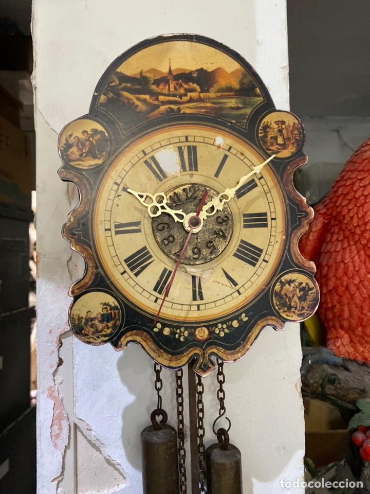 CURIOSO RELOJ DE PARED DE MADERA PINTADA CON PESAS Y PENDULO. VER FOTOS (Relojes - Pared Carga Manual)