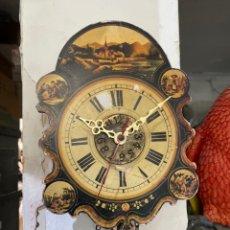 Horloges murales: CURIOSO RELOJ DE PARED DE MADERA PINTADA CON PESAS Y PENDULO. VER FOTOS. Lote 268971524