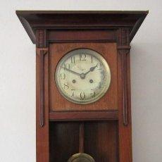Relojes de pared: ANTIGUO RELOJ DE CUERDA MECÁNICO DE PÉNDULO DE PARED ALEMÁN AÑO 1920 1930 NO FUNCIONA Y FALTA LLAVE. Lote 270153773