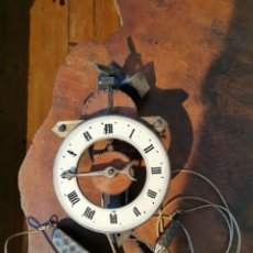 Orologi da parete: RELOJ DE PARED BAUMANN SUIZO, ESQUELETO MEDIEVAL DE MADERA. Lote 272867683