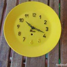 Relojes de pared: RELOJ DE PARED ,COCINA ,EN COLOR AMARILLO DE LA MARCA MICRO FUNCIONA. PERO NO TIENE LA LLAVE. Lote 274275108