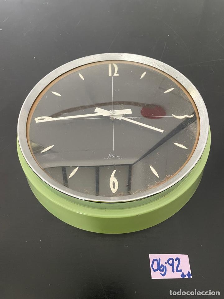 ANTIGUO RELOJ DE PAREJ METÁLICO (Relojes - Pared Carga Manual)