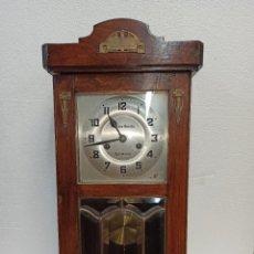 Orologi da parete: ANTIGUO RELOJ DE PARED DE MADERA Y CRISTAL BISELADO, FIRMADO PAULINO GARCÍA SALAMANCA PD. Lote 275215948