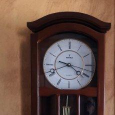 Relojes de pared: RELOJ DE PARED MARCA FESTINA EN MADERA DE ROBLE Y ESFERA BLANCA Y DORADA ,CON PÉNDULO Y SONERÍA. Lote 275677813