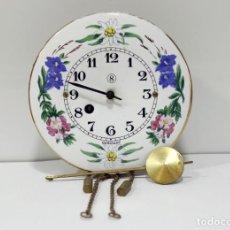 Relojes de pared: RELOJ CASA DE MUÑECAS DE PARED Y PENDULO. 8 DIAS. BRONCE Y CERÁMICA. GERMANY. ÚNICO.. Lote 276262568