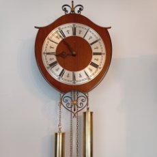 Relojes de pared: RELOJ DE PARED ORFAC, AÑO 1973,CON FRONTAL DE MADERA, FUNCIONANDO,. Lote 276472398