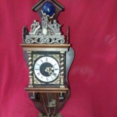 Relojes de pared: ANTIGUO RELOJ HOLANDÉS , EN MADERA Y DETALLES EN BRONCE, SU MEDIDA ES 56 CMS DE ALTO X 20 X 15 CMS.. Lote 276666718