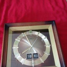 Orologi da parete: RELOJ DE PARED, RHYTHM , CALENDARIO FLIP-FLOP, AÑOS 80, MEDIDAS 36 X 36 X 8 CMS. Lote 282960478