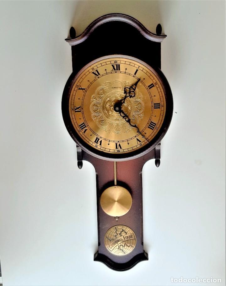 RELOJ PARED PENDULO MADERA Y LATON BRONCE - 55.CM ALTO X 19.CM ANCHO X 7.CM LARGO (Relojes - Pared Carga Manual)
