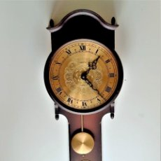 Relojes de pared: RELOJ PARED PENDULO MADERA Y LATON BRONCE - 55.CM ALTO X 19.CM ANCHO X 7.CM LARGO. Lote 284770413