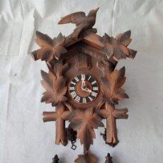 Orologi da parete: ANTIGUO PRECIOSO RELOJ DE CUCO COMPLETO CON SUS PESAS EN FORMA DE PIÑAS Y SU PÉNDULO. Lote 285626823