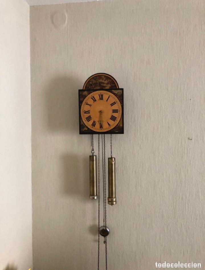 ANTIGUO RELOJ DE PARED MADERA PINTADO A MANO . VER FOTOS (Relojes - Pared Carga Manual)