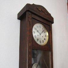 Relojes de pared: ANTIGUO RELOJ CUERDA MECÁNICO A LLAVE ANTIGUO DE PARED ALEMÁN CON PÉNDULO Y CAMPANADAS AÑO 1920 1930. Lote 287568463