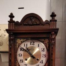 Relojes de pared: RELOJ DE PARED AÑOS 70 EN MADERA. Lote 289914968