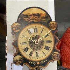 Orologi da parete: CURIOSO RELOJ DE PARED DE MADERA PINTADA CON PESAS Y PENDULO. VER FOTOS. Lote 293151543