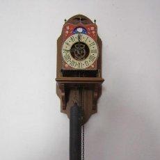 Relojes de pared: RELOJ DE PARED ALEMÁN MECÁNICO DE PÉNDULO ESTILO HOLANDÉS CON FASE LUNAR FUNCIONA Y DA CAMPANADAS. Lote 293478833